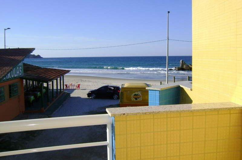 Apartamento de frente para o mar no início de Bombas – Residencial Estrela do Mar